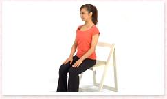 椅子に浅く座り、足は骨盤幅に広げまっすぐ前に。