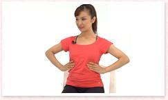 背骨をひとつずつ伸ばし、4本の指を肋骨の前に添え、親指を後ろに当てる。