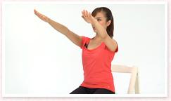 両腕は肩幅で斜め前方に伸ばし、手のひらを下に向ける。