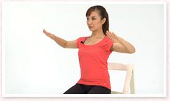 吸って、吐きながら、肩甲骨を安定させ、肘を左右に張り、曲げながら後方に引き下げる