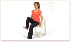吸って、吐きながら、肩甲骨を安定させ、骨盤が動かないようにしながら片足を床から離す。