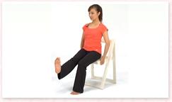 吸って、吐きながら、上げている足を前に蹴り出し、かかとで前方を押すように膝を伸ばす。