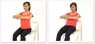 胸の前で指を組み、吸って、吐きながら、肩甲骨を引き下げ、おへそを背骨に近づけるようにしながら骨盤を安定させ、骨盤を後方へ倒す。