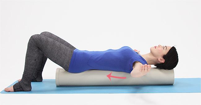 この時、肩甲骨から動かすようにイメージしましょう。