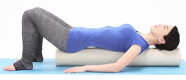 まずは腰の準備運動として、腹筋に意識を向ける練習をしましょう。