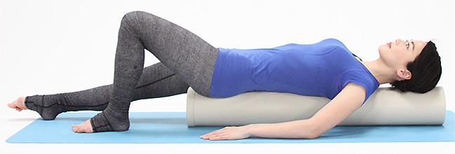 腹筋の意識を保ったまま、左足を伸ばします
