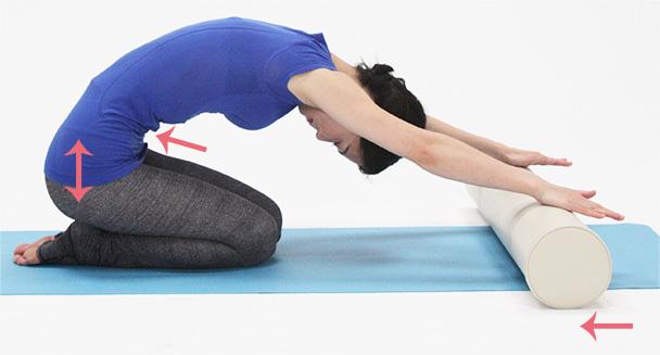 お腹を凹ますように意識をして、おへそを後ろに引っ張るように骨盤を後ろへ戻します。
