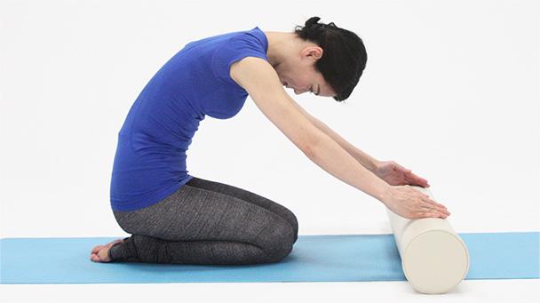 深呼吸をしながら両手でポールを少し抑えながら転がして、肩や脇、背中を伸ばします。