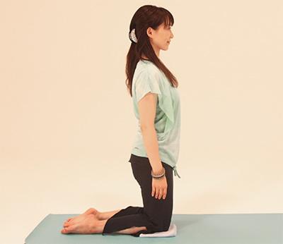 あぐらから、左足を横に伸ばし、左手をひざ下から届くところへ