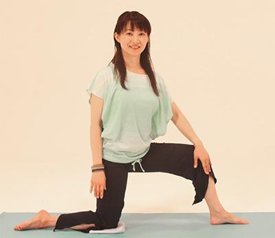 息を吸いながら、右手をお腹から遠い軌道を通って左斜め上へ