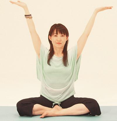 息を吸いながら、背骨を気持ちよく伸ばしていきましょう