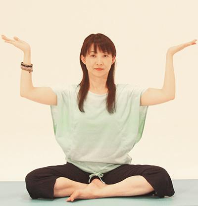 両手を横に上げ、腕を直角に、手首も直角に折ります