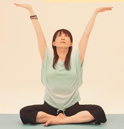 吸って、両手を少し斜め後ろに持ち上げて伸ばし、胸、あごを軽く空の方