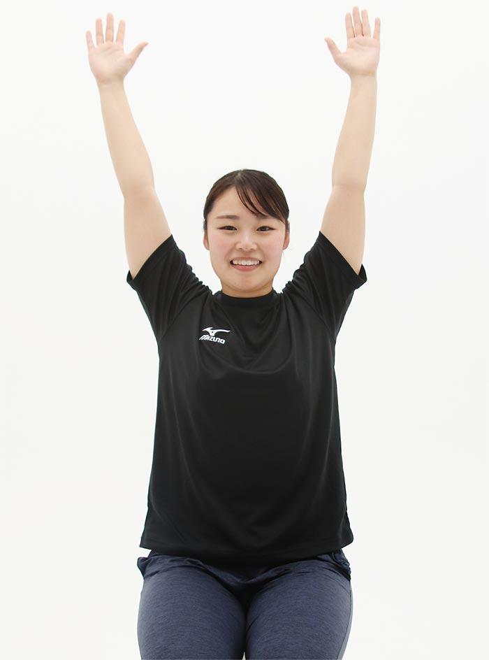 頭を上に引き上げるように背筋を伸ばし、手を上に伸ばしてYの字をつくります。
