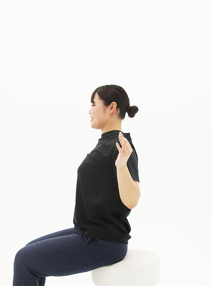 腕を下ろしたときは、できるだけ背中の筋肉を寄せて、肩甲骨を動かすイメージ