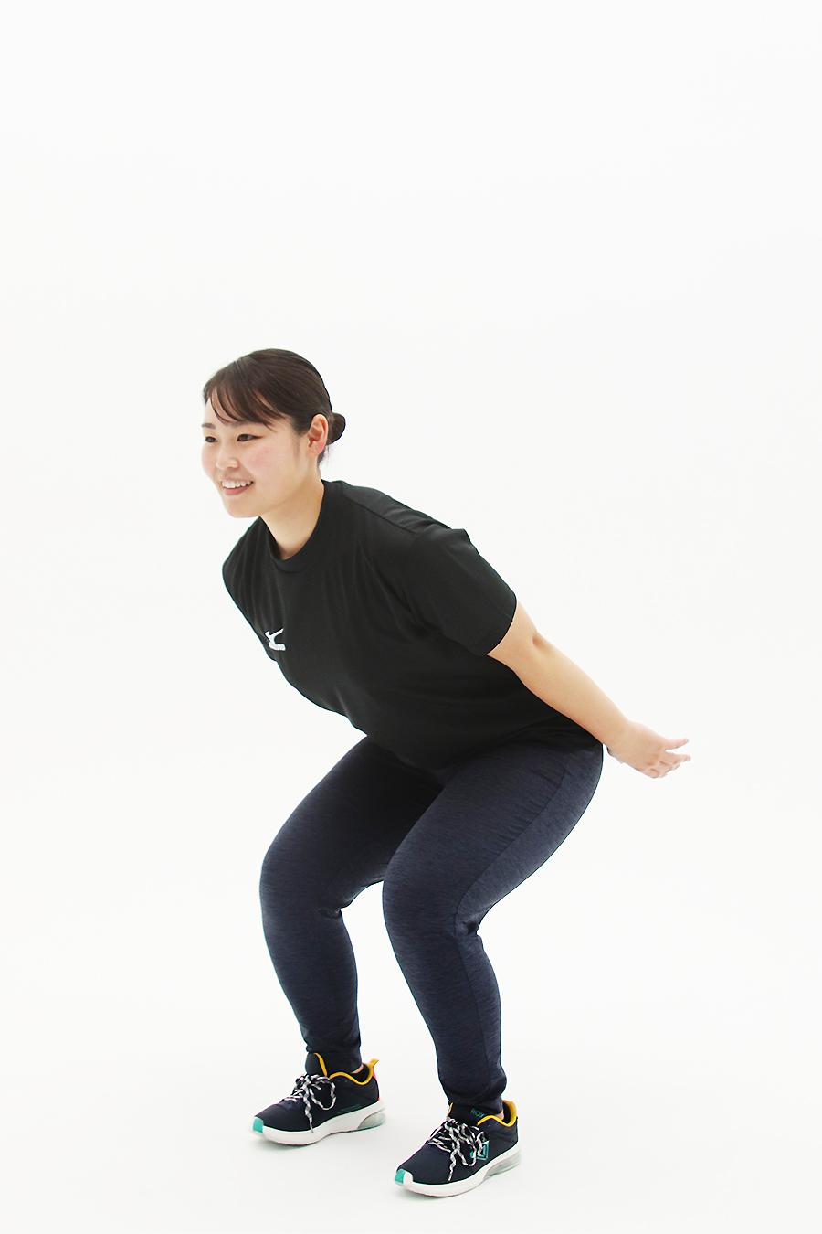 足を腰幅に開いて立ち、つま先は正面に向け、お尻を後ろに突き出すようにして45度くらいの深さを目安に腰を落とします