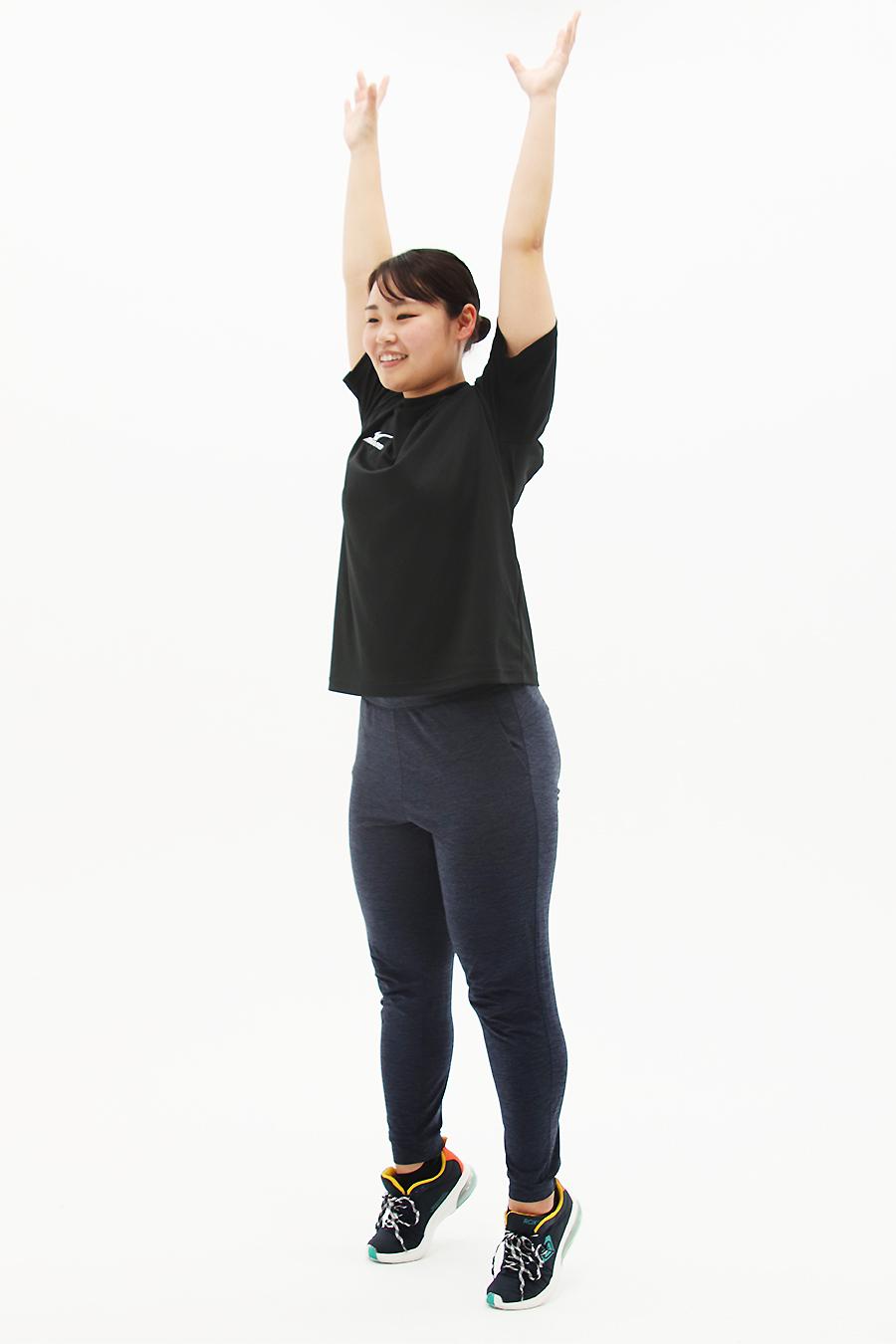 手を上に持ち上げて全身を伸ばしながら、かかとを上げ、手を下げると同時に、かかとも下ろします
