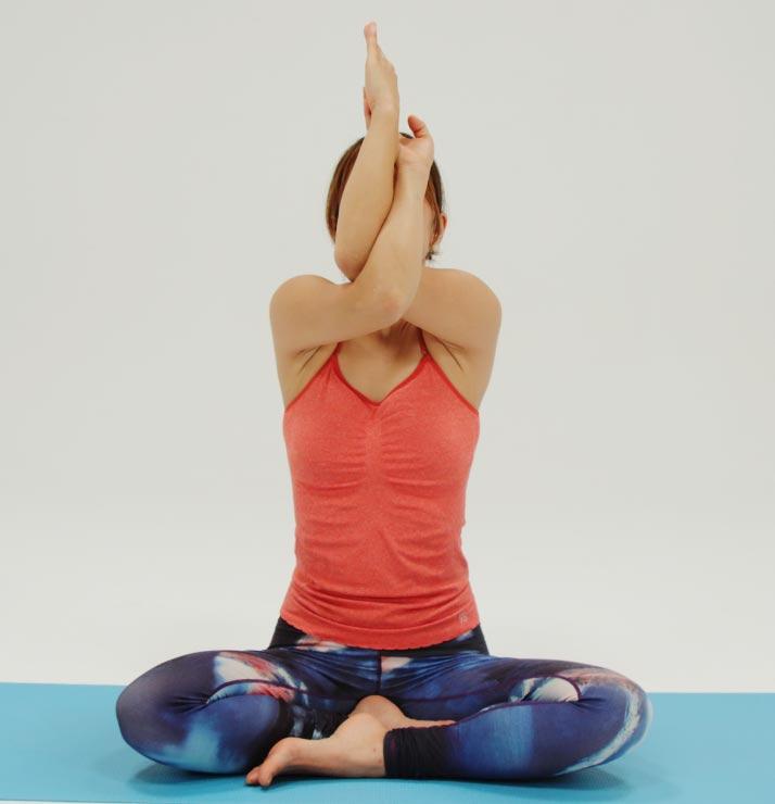 指先を上に持ち上げていき、肩甲骨の内側をしっかりストレッチ。吸いながら上げて、吐きながら下ろします
