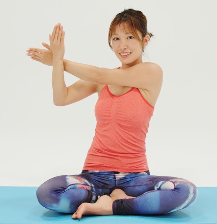 上の手は肩から指先までまっすぐに。やや手を上に上げるとより伸びていきます。そのまま後ろに引いてツイスト