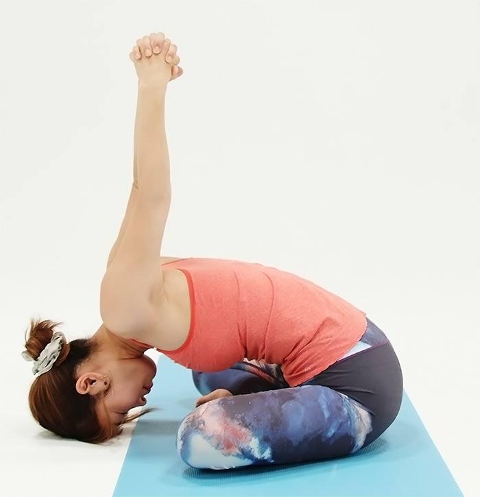 そのまま吐きながら、おでこを床の方に近づけ、手を上にあげて肩をストレッチ。