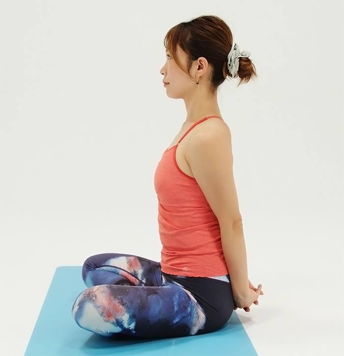 骨盤に背骨をひとつずつ積み重ねて、体を起こします。 2回程度行います。