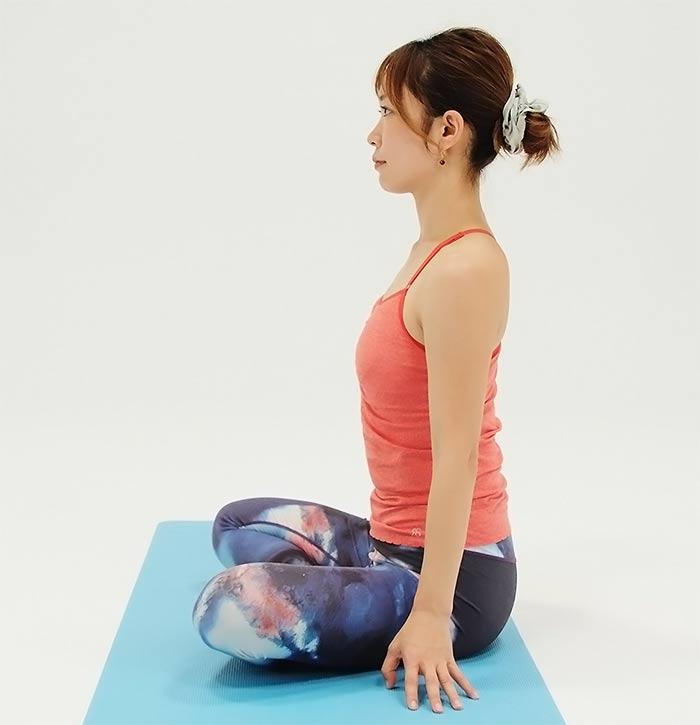 息を吸いながらゆっくりと上体を戻し、手を体の横に下ろします。