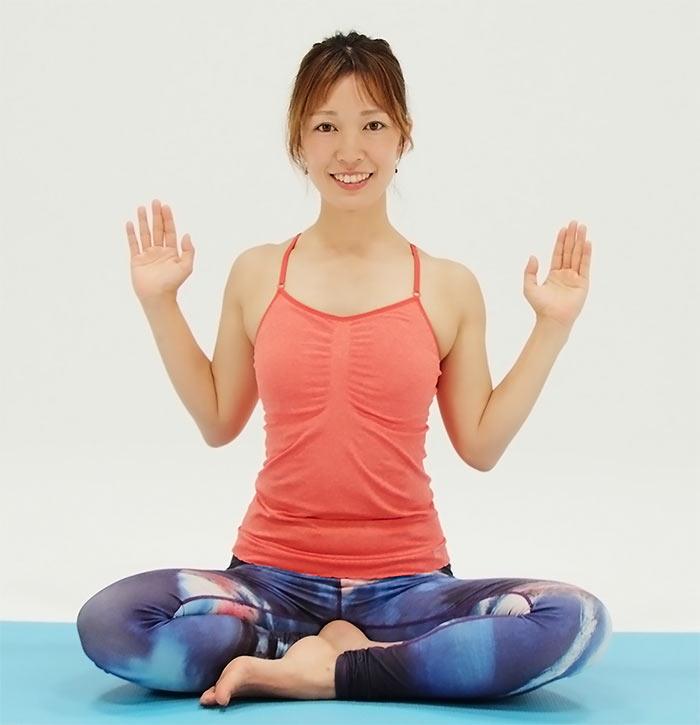 吐きながら下ろしてひじを体の横にくっつけます。二の腕と胸の横の筋肉をしっかり使って下ろしていきましょう。