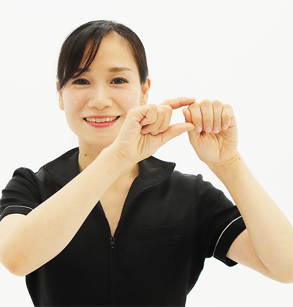 四指の第一関節から第二関節の部分を軽く首に押し当て、上下に動かします。
