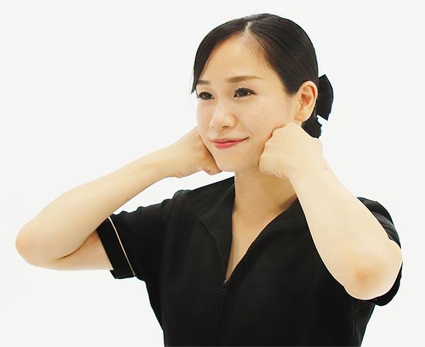 拳の第二関節から第三関節の部分を咬筋に押し当て