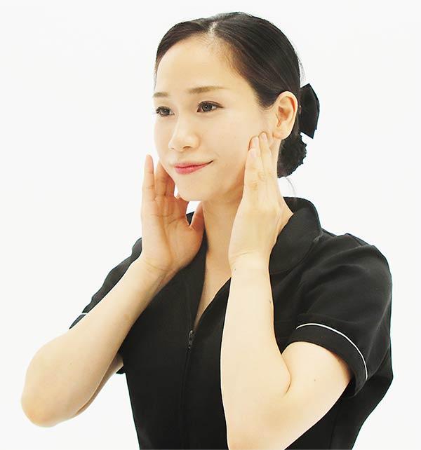 次に、人差し指を耳の後ろ、中指を耳の前側におき、