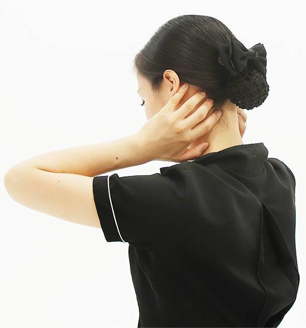 首の後ろの髪の生え際に四指を当て、下から上にスライド