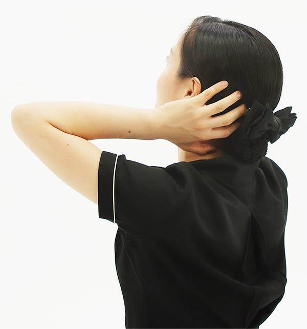 手は固定し頭を後ろに倒すとやりやすい