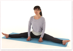 両足を開く。両手は前について骨盤を前後にゆっくりと動かす