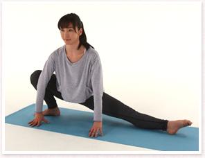 左足を遠くに伸ばしながら右足を深く曲げ手を床。左ひざを天井に向け股関節を開く