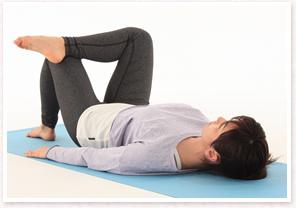 仰向けになりひざを立てた状態で、右足を左ももに乗せます。
