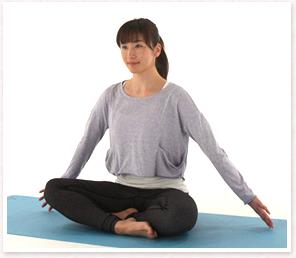 右ひざをできる範囲で伸ばしももの裏側が伸びていくのを感じる