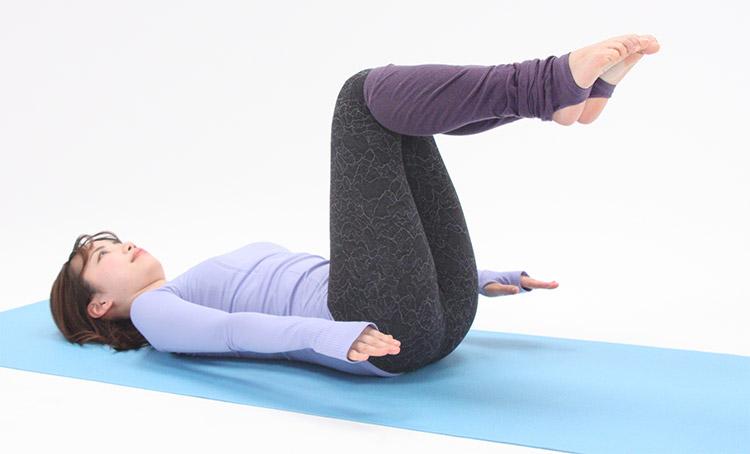 腕を肩の高さまで浮かせて、上下に小刻みに動かします。
