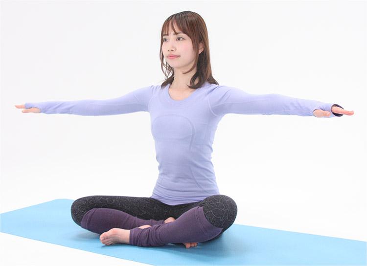 背筋を伸ばして、坐骨の真上にあぐらをかいて座ります。