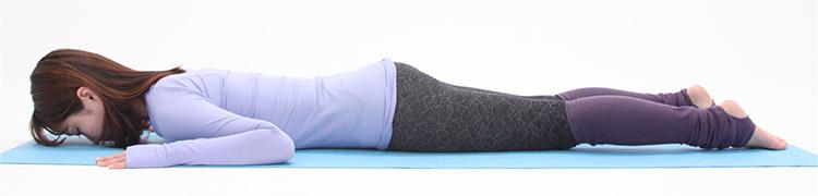 うつぶせになり両脚はまっすぐ伸ばし、腰幅に開きます。