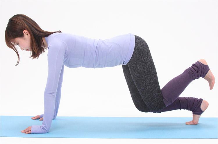 息を吸って準備。吐きながら両ひざを持ち上げたら、片足ずつ交互に床から持ち上げます