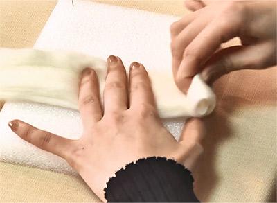 羊毛フェルトをしっかりと巻きます