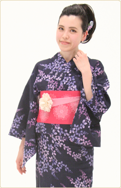 帯や小物を変えるだけで、印象が一変する着物の魅力。