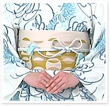 仮結びをしていた帯締めを、左の辺りで蝶々結びにし、端をきれいに巻き込んで整えたら完成です。