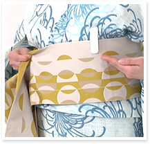帯を一周巻きクリップの位置を左の胸辺りに合わせ、一旦、クリップで帯を帯板に留めておきます。