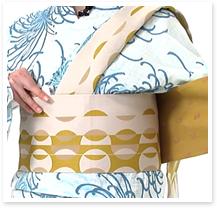 タレ(長い方の帯)を体にもう一周巻き、一度しっかり締めます。