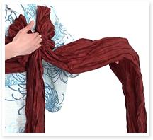 垂れている長い方の帯を広げて、先ほど作った結び目を中心に、屏風畳みをします。