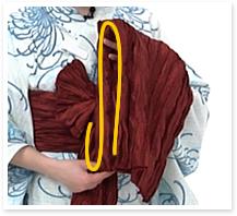★屏風畳み:まず下側に輪、上側にも輪を作り、さらに一枚の羽根を重ね、長さを合わせます。
