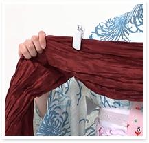 両手をいっぱいに広げた分の長さを取り、着物クリップ(または洗濯ばさみ)で印をつけておきます。