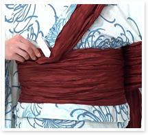 長い方の帯を体に二周巻いて、しっかり締めます。