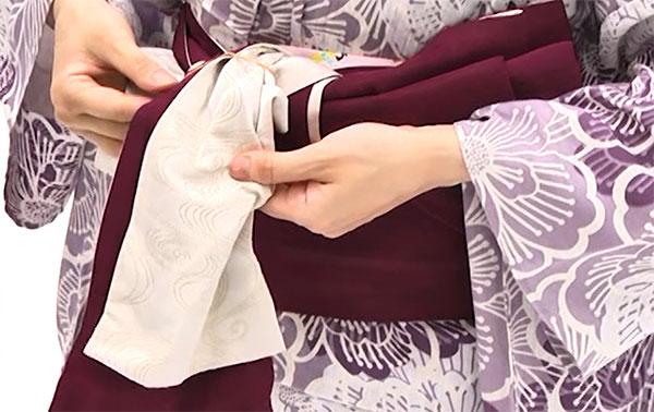この2枚の帯に輪ゴムを通し、根元をしっかり留めます。